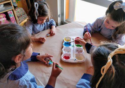 Pintamos conchas con pintura.